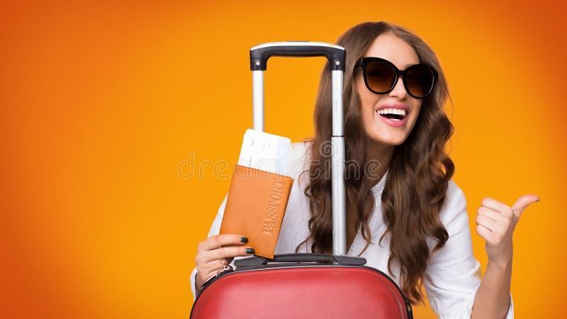 Partida de los fines de semana Muchacha con los boletos y la maleta fotos de archivo