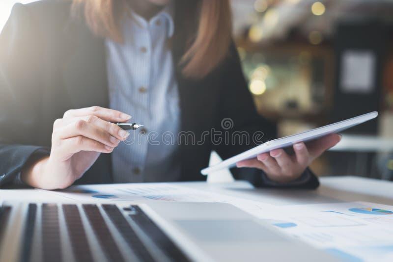 A partida de negócio trabalha na informações online digital fotografia de stock royalty free