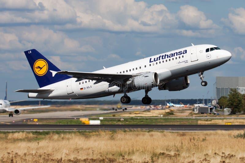 Partida do avião comercial de Lufthansa Airbus A319 D-AILS no aeroporto de Francoforte foto de stock royalty free
