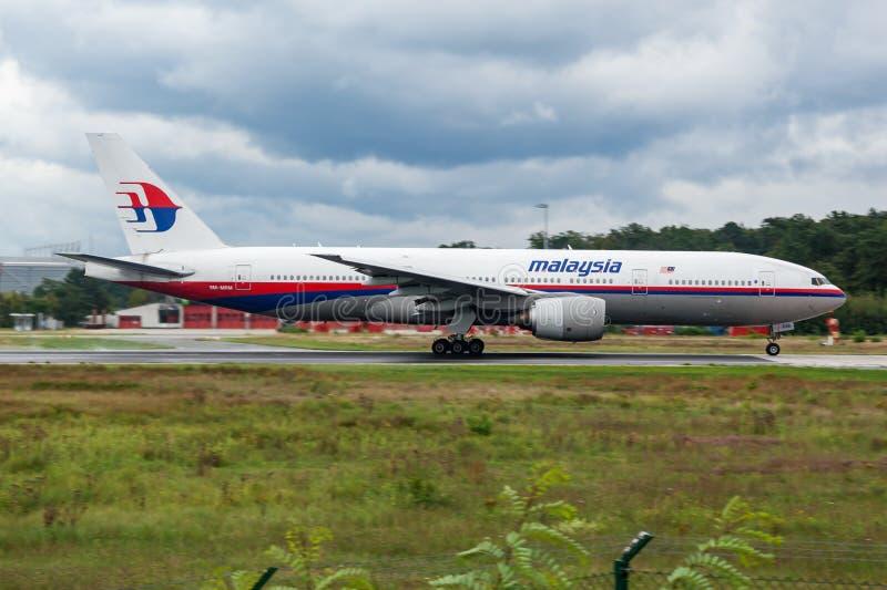 Partida do avião comercial 9M-MRM de Malaysia Airlines Boeing 777-200 no aeroporto de Francoforte fotografia de stock