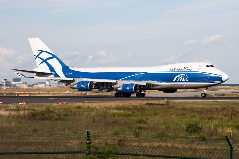 Partida do avião de carga de Boeing 747-400 VQ-BJB das linhas aéreas de AirBridgeCargo no aeroporto de Francoforte fotografia de stock