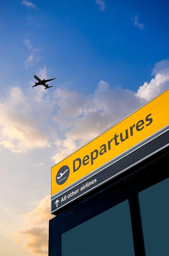 A partida e a chegada do aeroporto assinam em Heathrow, Londres fotografia de stock royalty free