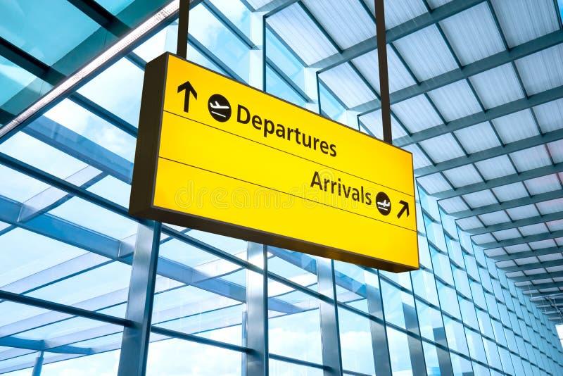 A partida e a chegada do aeroporto assinam em Heathrow, Londres imagem de stock