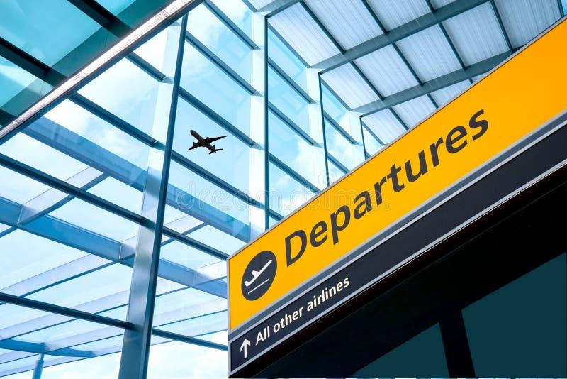 A partida e a chegada do aeroporto assinam em Heathrow, Londres imagens de stock royalty free