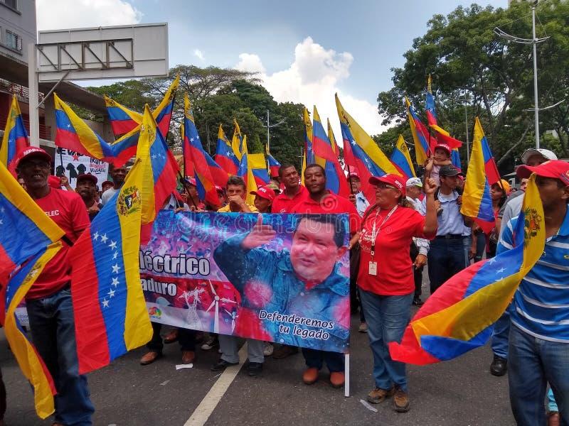 Partidarios de la marcha de Nicolas Maduro en Caracas para conmemorar el primer aniversario de la reelección fotos de archivo
