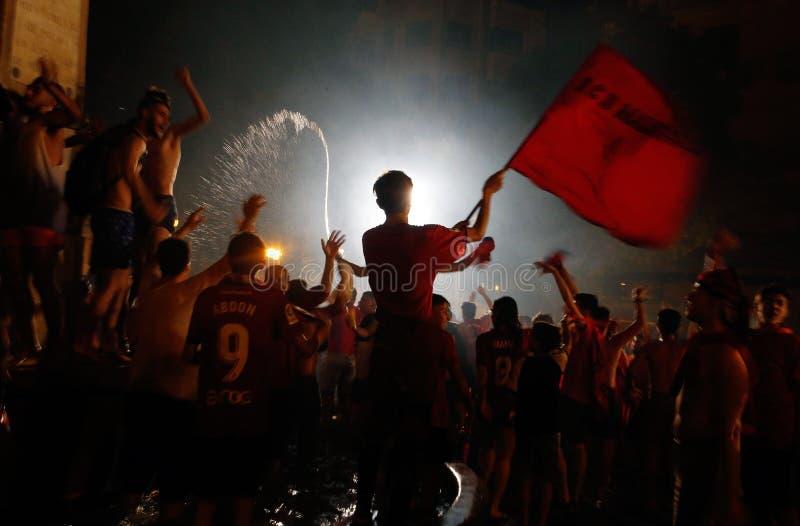 Partidarios del equipo de fútbol real de Mallorca que celebra la promoción del equipo para rematar la división imágenes de archivo libres de regalías
