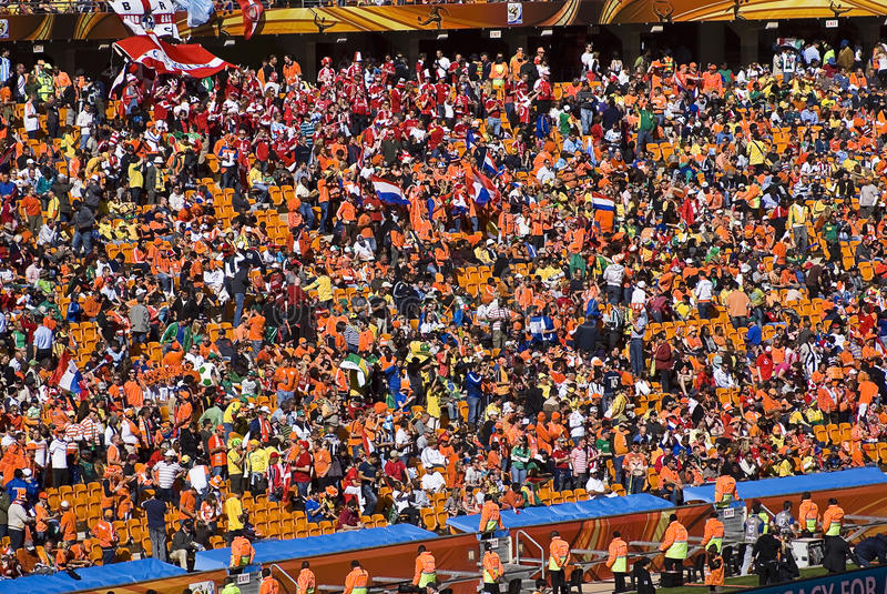 Partidarios del fútbol en la ciudad del fútbol - WC 2010 de la FIFA foto de archivo