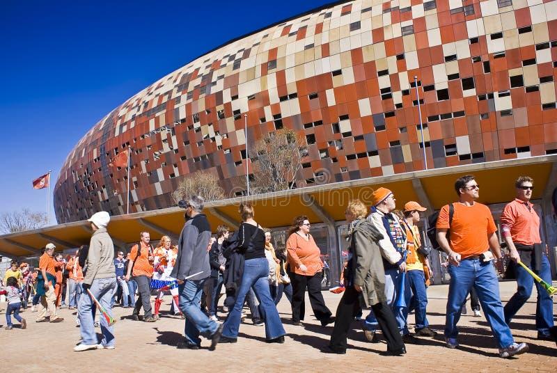 Partidarios del fútbol en la ciudad del fútbol - WC 2010 de la FIFA imágenes de archivo libres de regalías