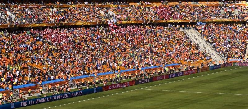 Partidarios del fútbol en la ciudad del fútbol - WC 2010 de la FIFA fotos de archivo
