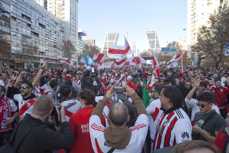 Partidarios del fútbol en Madrid fotografía de archivo