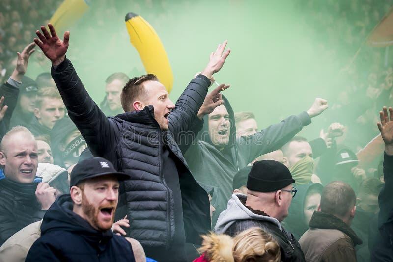 Partidarios entusiastas del fútbol foto de archivo