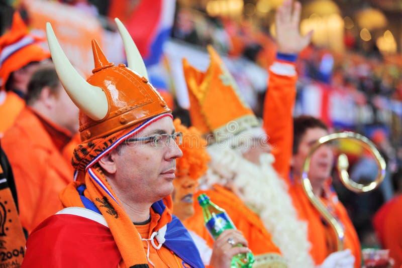 Partidarios holandeses que miran el emparejamiento final fotografía de archivo