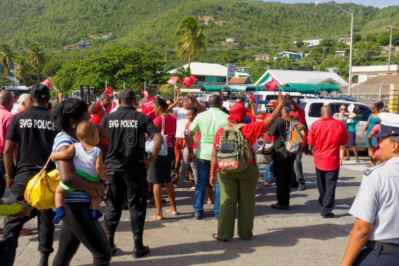 Partidarios unidos del partido laborista que recolectan en el embarcadero del transbordador de Bequia foto de archivo