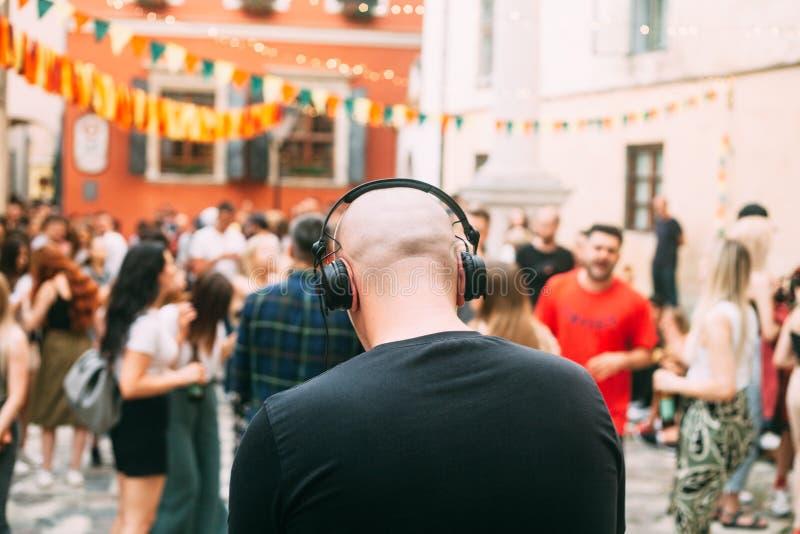 Partido al aire libre, DJ y gente borrosa en el fondo fotos de archivo libres de regalías