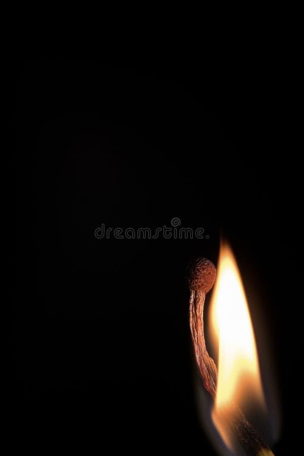Partido ardiente brillante en un fondo negro, primer tirado fotografía de archivo libre de regalías