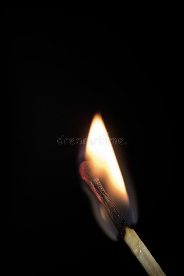 Partido ardiente brillante en un fondo negro, primer tirado imagenes de archivo
