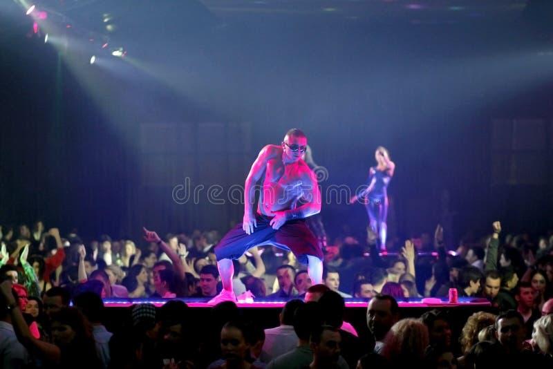Partido com os dançarinos no clube nocturno foto de stock royalty free