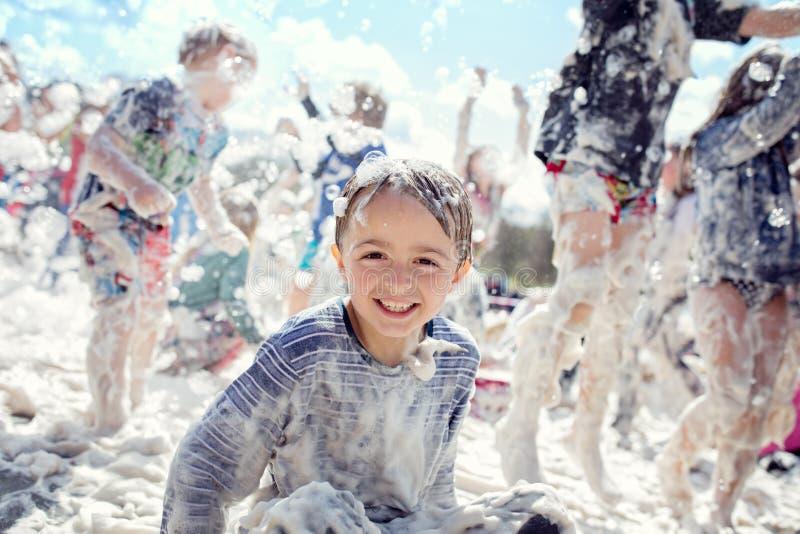 Partido da espuma e divertimento do verão no sol imagem de stock