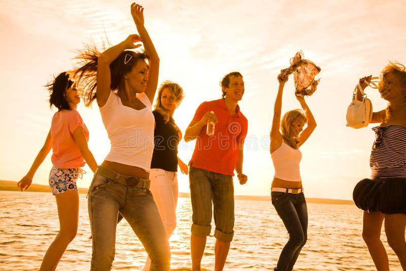 Partido da praia dos adolescentes imagem de stock
