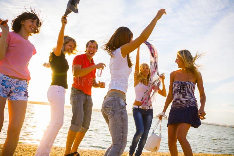 Partido da praia dos adolescentes foto de stock royalty free