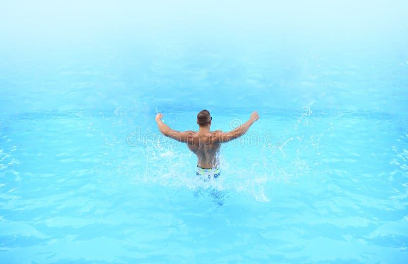 partido da praia f?rias Relaxado no Bahamas ou na Bermuda - conceito de viagem Instrutor atlético do músculo Perito luxuoso do cu foto de stock