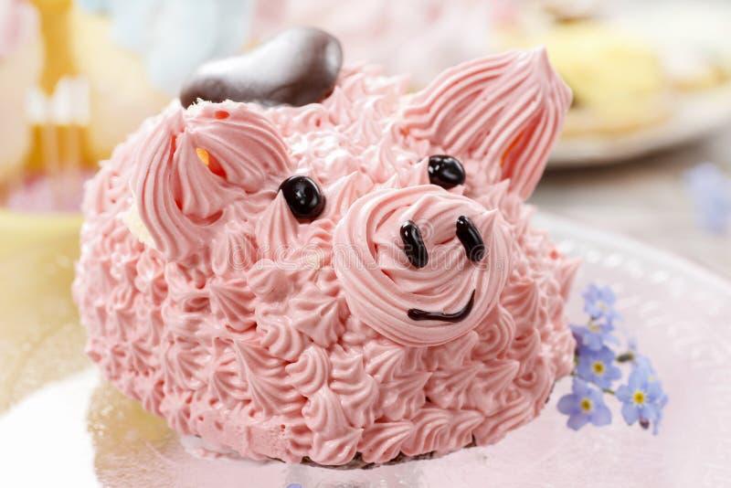 Partido das crianças: bolo cor-de-rosa bonito do leitão fotografia de stock royalty free
