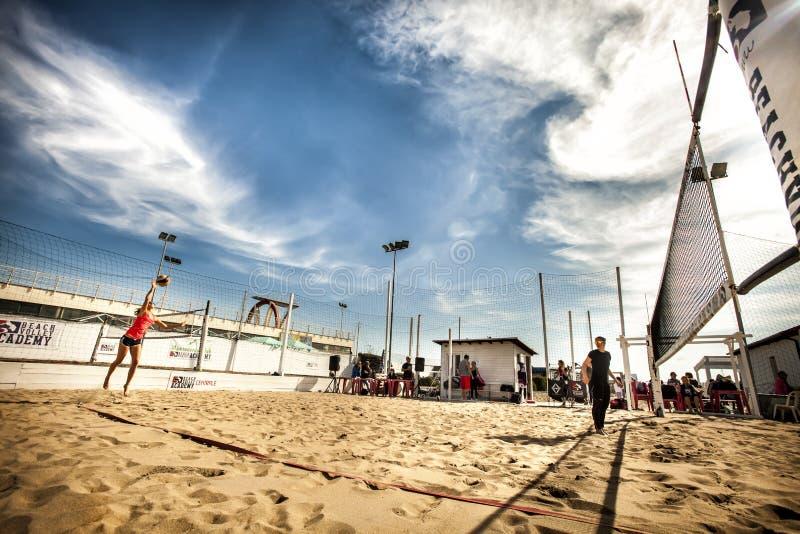 Partido de balonvolea de playa en el mar torneo imagen de archivo libre de regalías