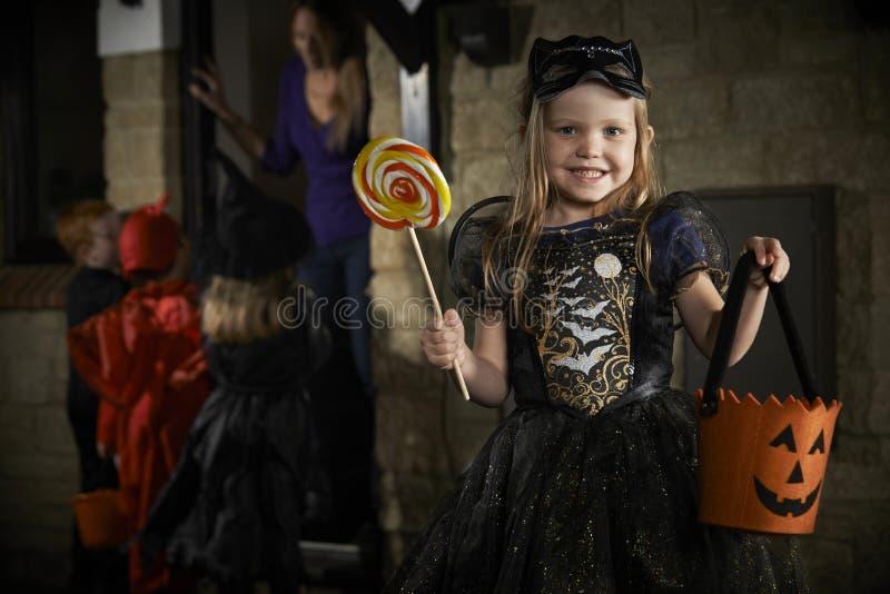 Partido de Dia das Bruxas com truque ou tratamento das crianças no traje imagem de stock royalty free