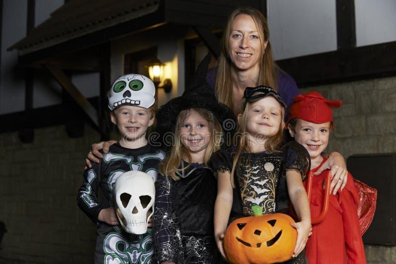 Partido de Dia das Bruxas com truque ou tratamento das crianças no traje com fotos de stock