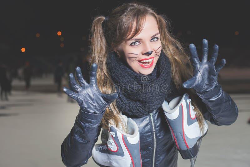 Partido de Dia das Bruxas! A jovem mulher gosta do papel do gato Máscara do carnaval do gato foto de stock