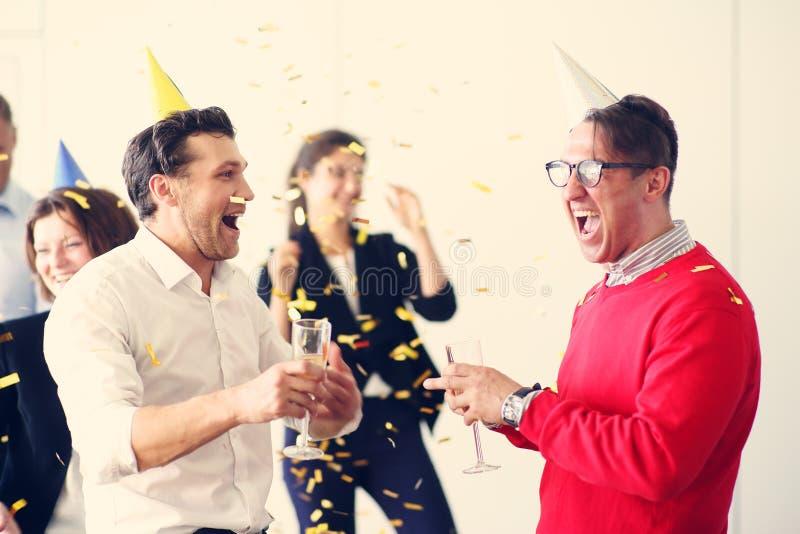 Partido de escritório do ano novo imagem de stock