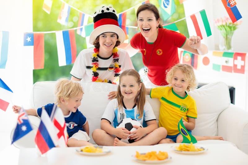 Partido de fútbol del reloj de las fans Fútbol de observación de la familia imagen de archivo