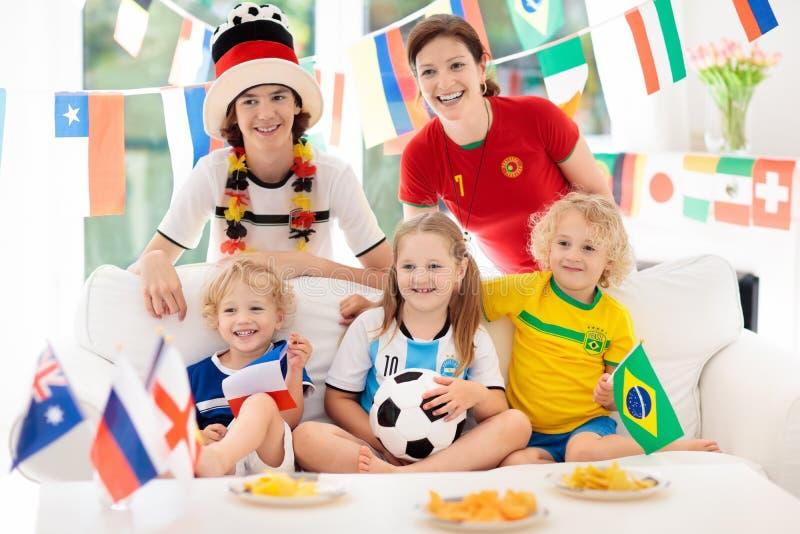 Partido de fútbol del reloj de las fans Fútbol de observación de la familia foto de archivo