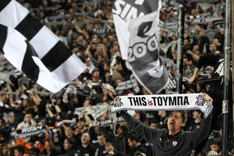 Partido de fútbol entre Paok y AEK fotografía de archivo