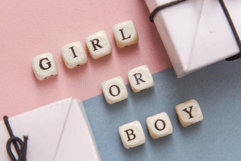 Partido de fiesta de bienvenida al beb? La definición del género es una niña o un muchacho Opinión de la disposición en un estilo imagen de archivo