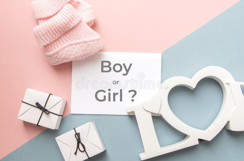 Partido de fiesta de bienvenida al beb? La definición del género es una niña o un muchacho Opinión de la disposición en un estilo fotografía de archivo