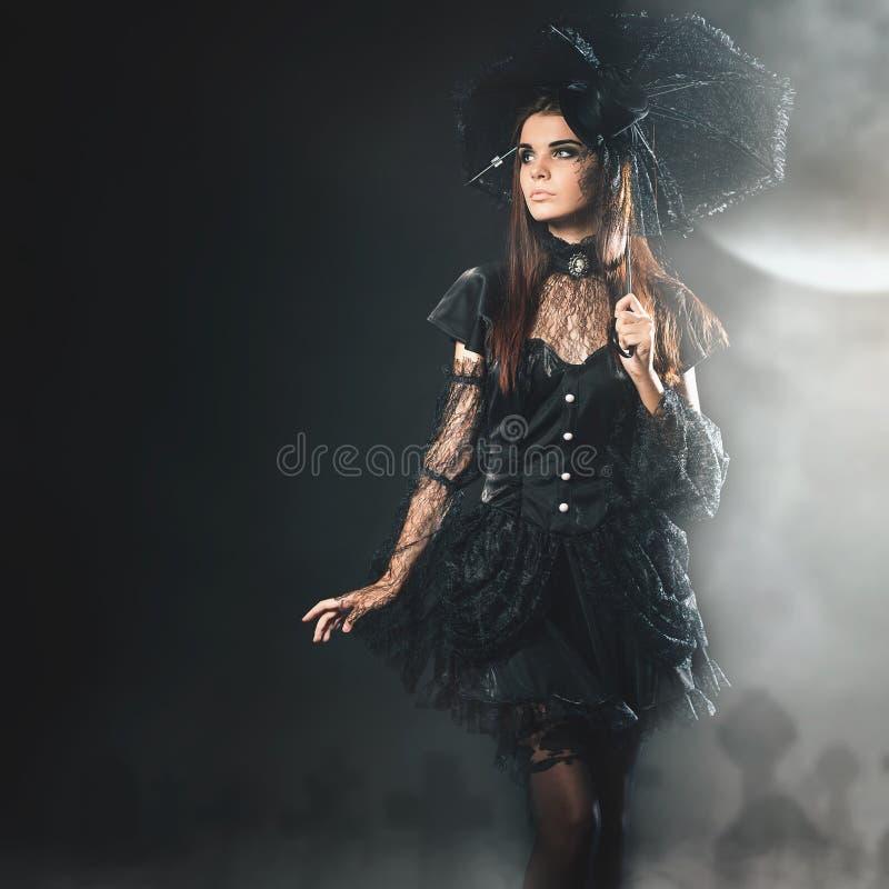 Partido de Halloween 2018, muchacha atractiva en Haloween en octubre, traje atractivo imagen de archivo