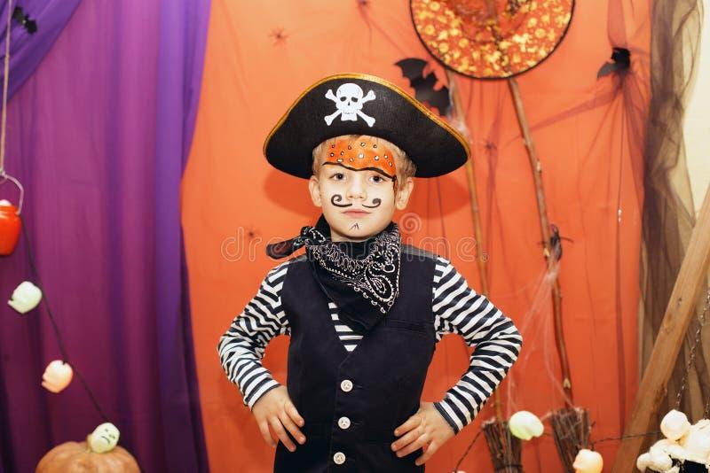 Partido de Halloween Um rapaz pequeno em um traje do pirata e em uma composição o fotos de stock royalty free