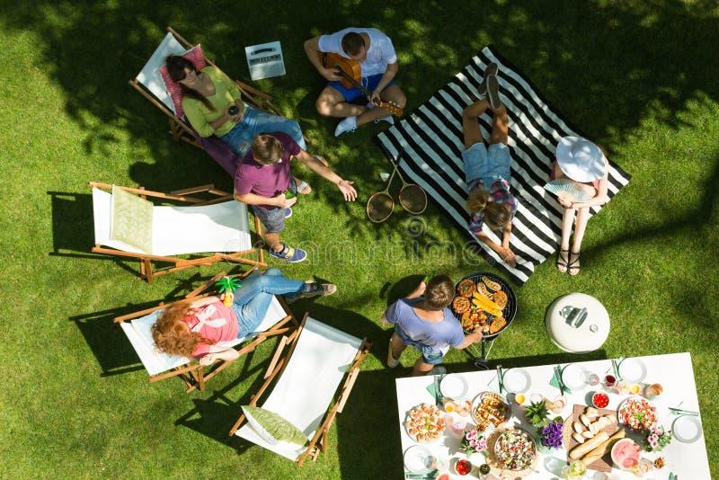 Partido de jardim com alimento grelhado fotos de stock