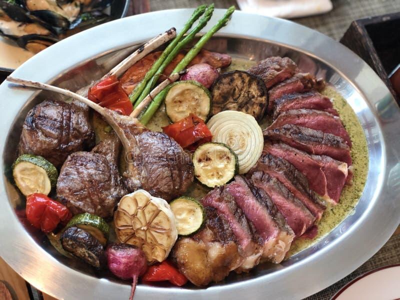 Partido de la carne: Tajadas de cordero, filete de carne de vaca negro de angus foto de archivo