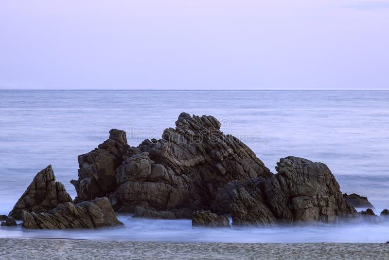 Partido de la roca en la playa de Puerto Escandido, Oaxaca, México fotografía de archivo