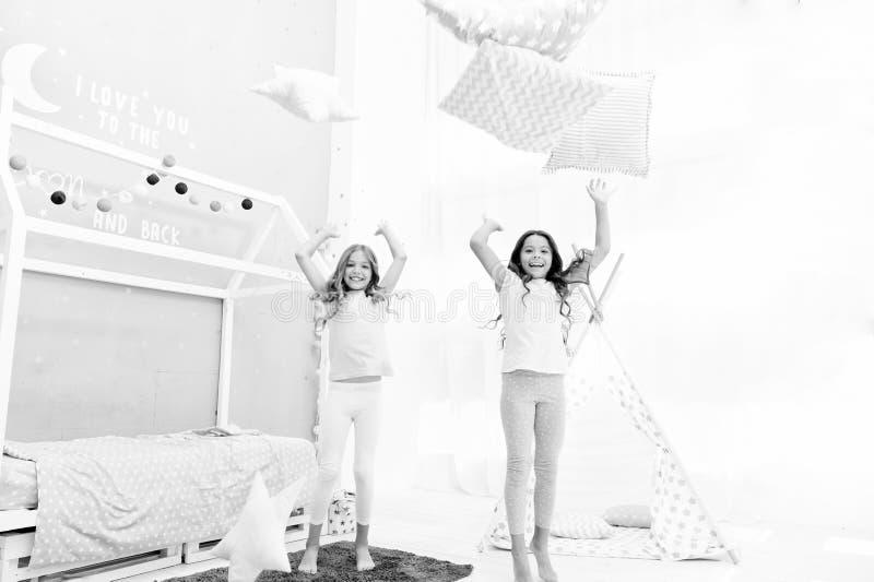 Partido de pijama da luta de descanso Nivelando a hora para o divertimento Ideias do partido do Sleepover Melhores amigos ou irm? fotos de stock