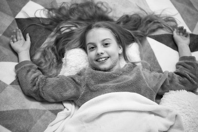 Partido de pijama Felicidade pura Boa noite Felicidade da inf?ncia Bom dia O dia das crian?as internacionais Menina pequena fotografia de stock