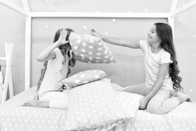 Partido de pijama de la lucha de almohada Tiempo del Sleepover para la diversión Las mejores ideas del partido del sleepover de l fotos de archivo