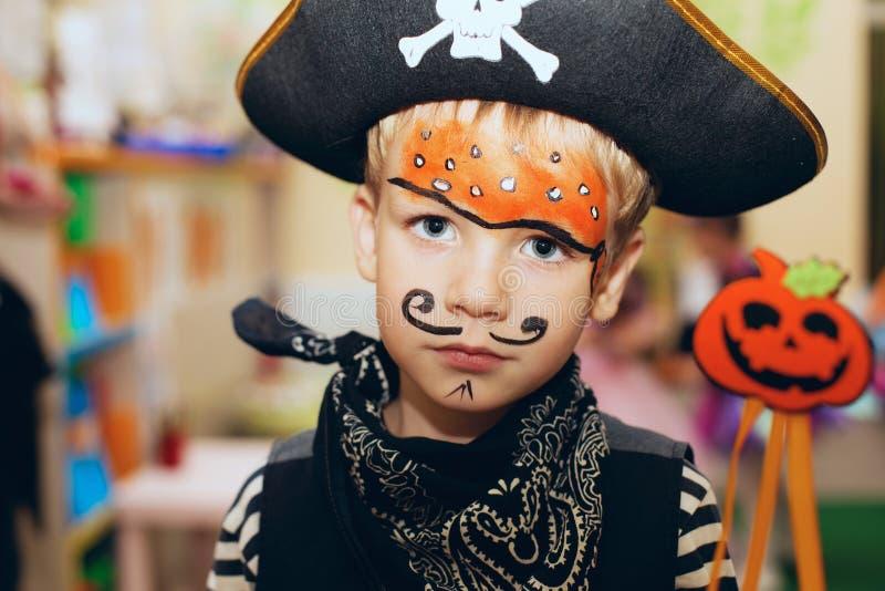 Partido de Víspera de Todos los Santos Un niño pequeño en un traje y un maquillaje o del pirata foto de archivo libre de regalías