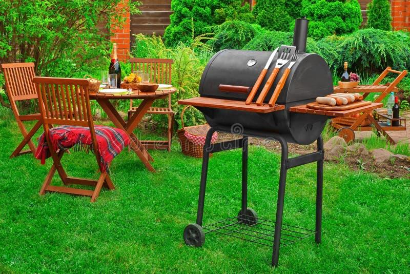 Partido del Bbq del fin de semana del verano o escena de la comida campestre en el césped imagen de archivo libre de regalías