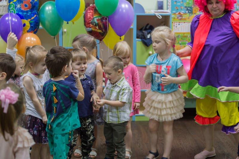 Partido del feliz cumpleaños con el payaso foto de archivo libre de regalías