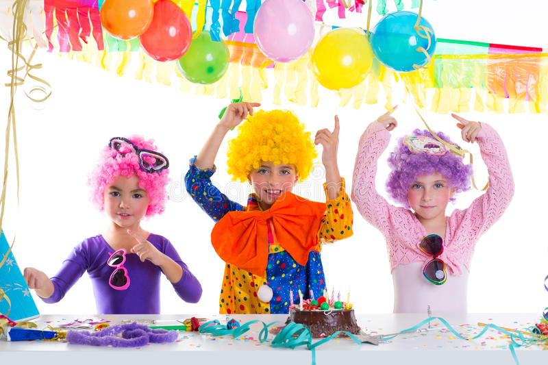 Partido del feliz cumpleaños de los niños con las pelucas del payaso foto de archivo