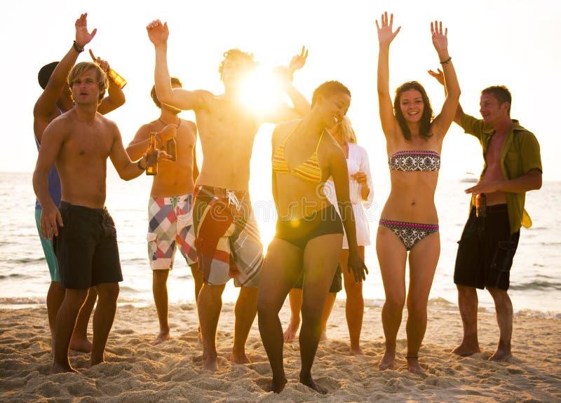Partido del grupo de personas en la playa imágenes de archivo libres de regalías