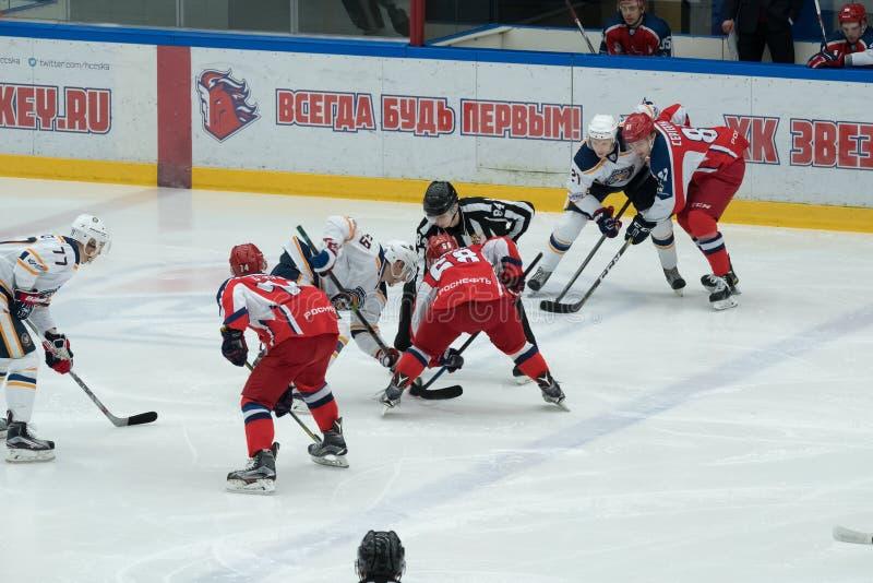 Partido del hockey en palacio del hielo de Vityaz fotografía de archivo libre de regalías